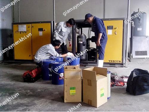 Người dùng cần chú ý thay dầu máy nén khí định kỳ để đảm bảo máy hoạt động tốt nhất