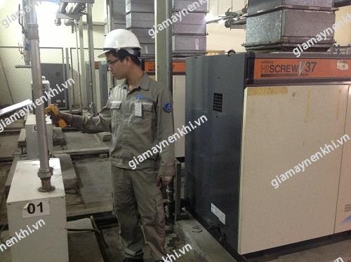 Thợ máy cần kiểm tra tổng quan máy nén khí trước khi cho máy vận hành