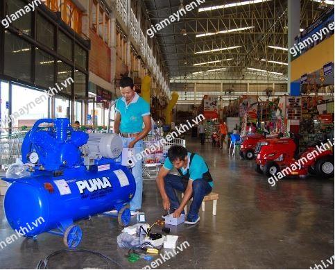 Máy nén khí Puma khi vận hành phát ra tiếng ồn lớn bất thường, người dùng cầm kiểm tra, khắc phục ngay