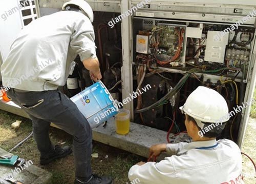 Thay dầu máy nén khí định kỳ sẽ giúp đảm bảo độ bền và hiệu suất làm việc của máy