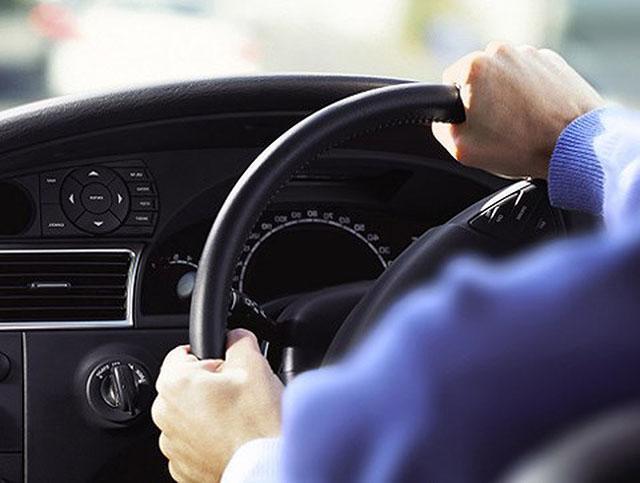 Giữ thật chặt tay lái để kiểm soát tốc độ