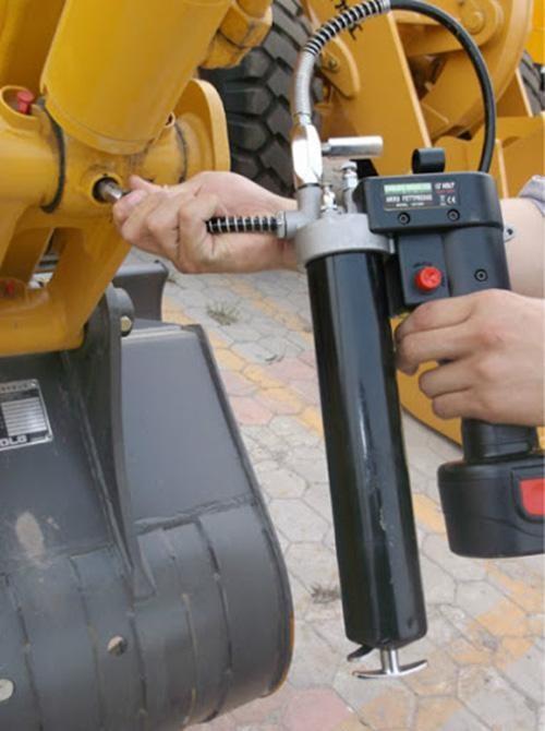 Sử dụng máy móc bơm mỡ cầm tay giúp bôi trơn động cơ xe