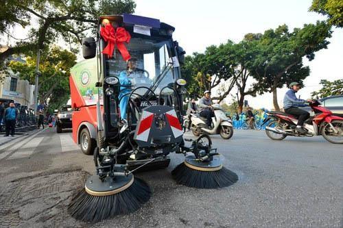 Sử dụng những chiếc chổi lớn để có thể làm sạch đường phố